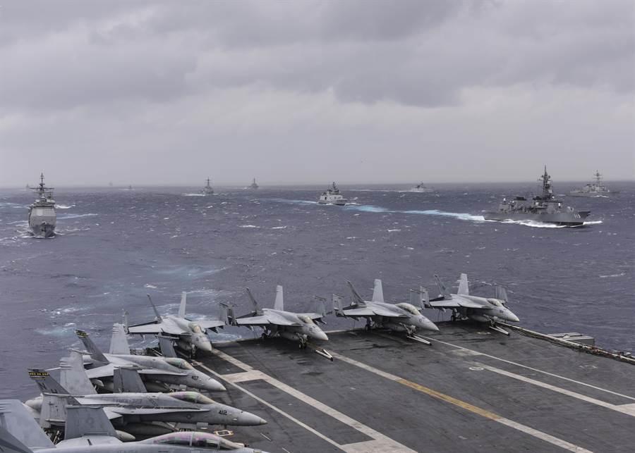 來自印度、日本與美國的軍艦7月17日在孟加拉灣的「馬拉巴爾」海上聯合軍演中形成編隊。(圖/美國海軍)