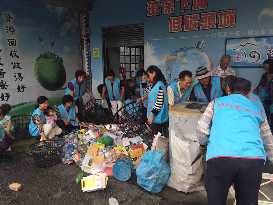 宜蘭縣頭城鎮下埔社區居民,積極參與資源回收,且將回收所得用在社區公共支出。(宜蘭縣環保局提供)