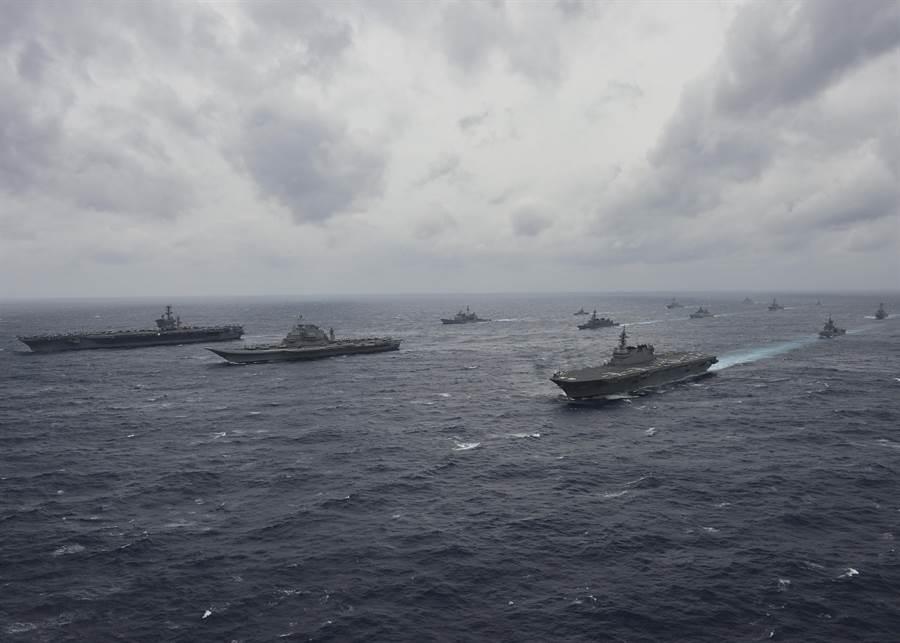 來自印度,日本與美國的海軍艦艇7月17日在孟加拉灣舉行歷來規模最大的海上聯合軍演。(圖/美國海軍)