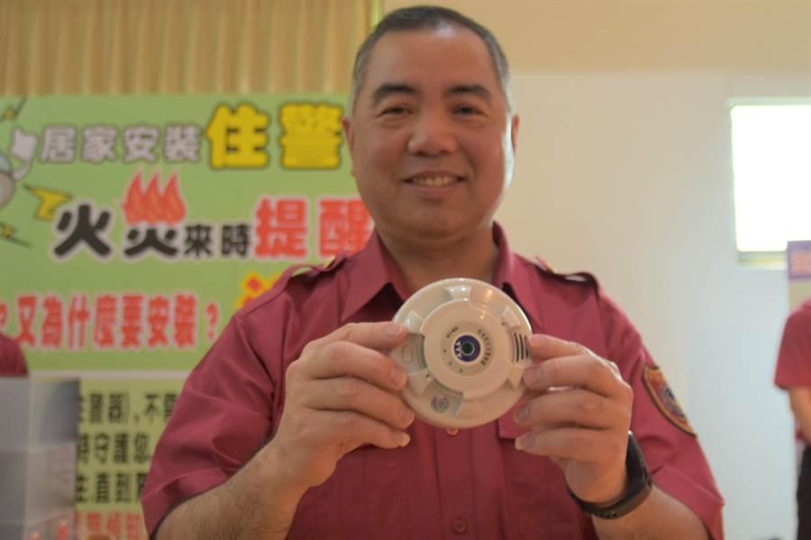 新竹縣政府消防局長孫福佑親自宣導,安裝住宅用火災警報器的重要性。(莊旻靜攝)