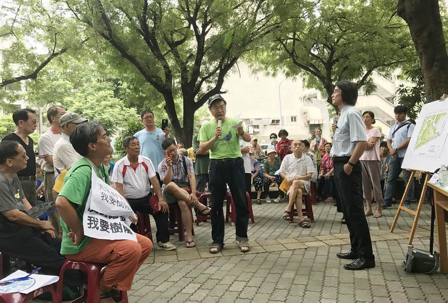 協調會上居民群情激憤,養工處副處長許永穆(右一)手插口袋,更被居民痛斥「鴨霸」、「囂張」。(林宏聰攝)