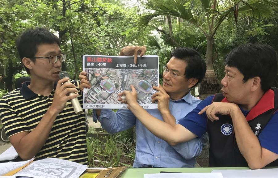 護樹團體及議員出示照片,批評市府改建公園大砍樹木,幾乎都變成光禿禿一片。(林宏聰攝)