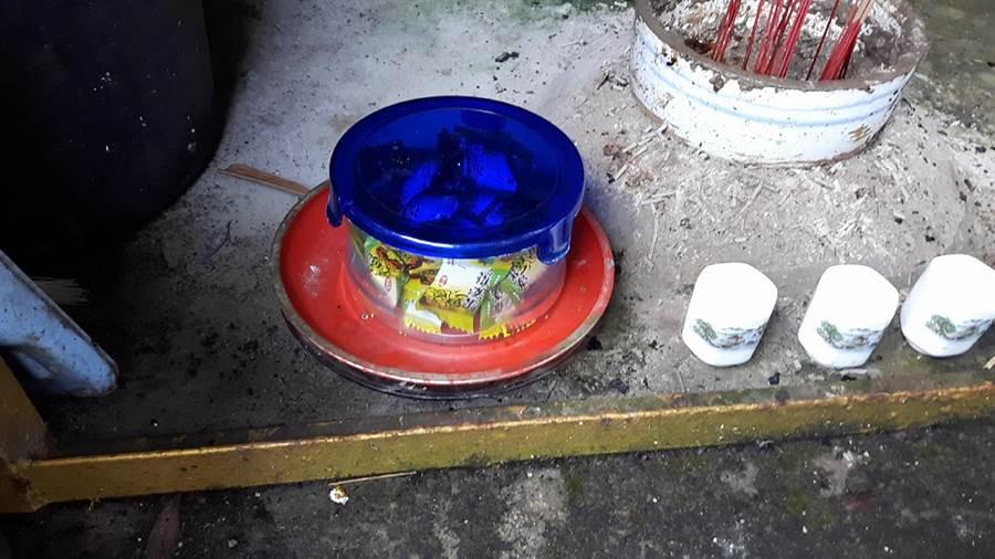 劉惠淑放在山神廟供桌的糖果罐,已經被悄悄拿走了3個。鐘武達翻攝。
