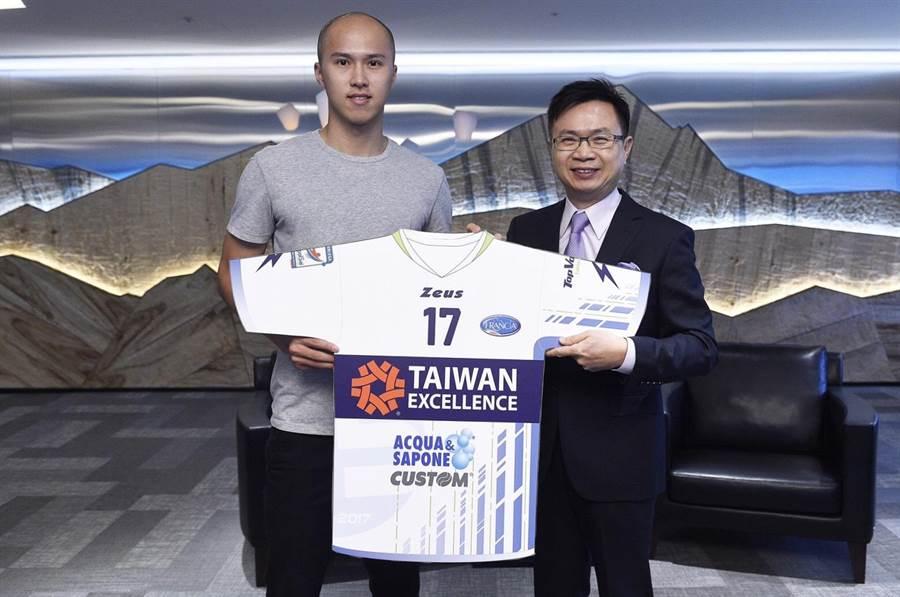 「台灣精品」首次冠名贊助我國排球好手黃培閎所屬的義大利超級聯賽Latina球隊。圖為外貿協會董事長黃志芳(右)及黃培閎(左)與「Taiwan Excellence Latina」球衣示意圖。  (貿協提供)