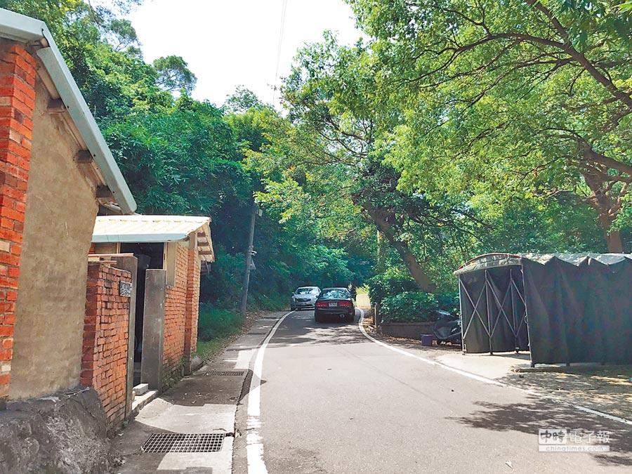 新竹市光復路1段525巷通往竹科,因路幅狹窄造成會車不易,市府將於8月展開拓寬工程。(徐養齡攝)