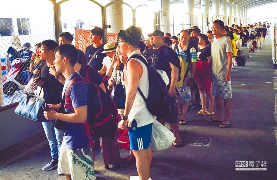 往返綠島的交通船4艘壞3艘,大批遊客擠在南寮漁港,急著要回家。(讀者提供)