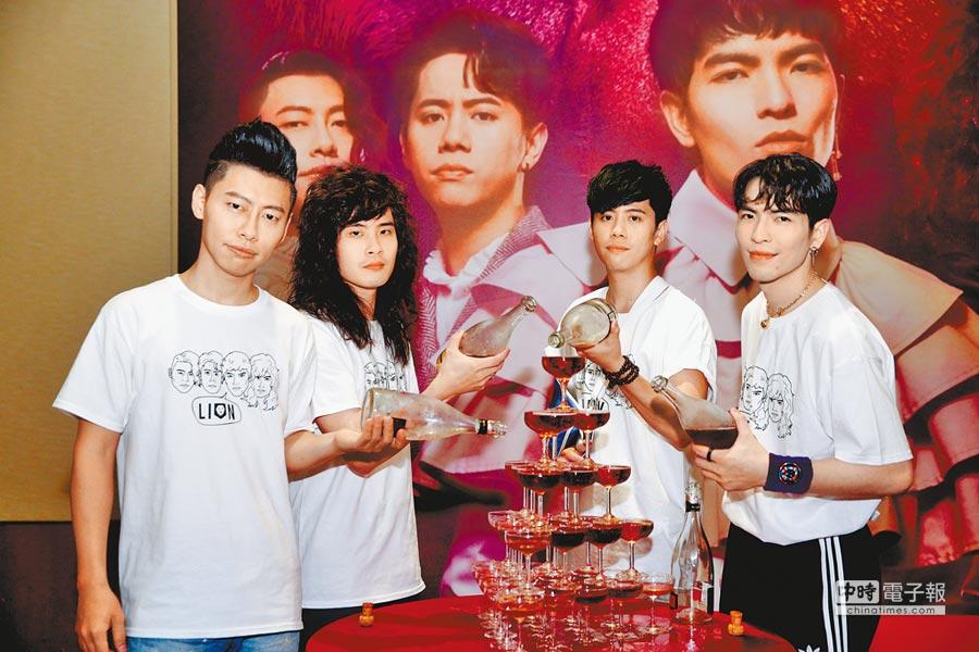 阿矩(左起)、力Q、鄒強及老蕭開心倒香檳慶功。