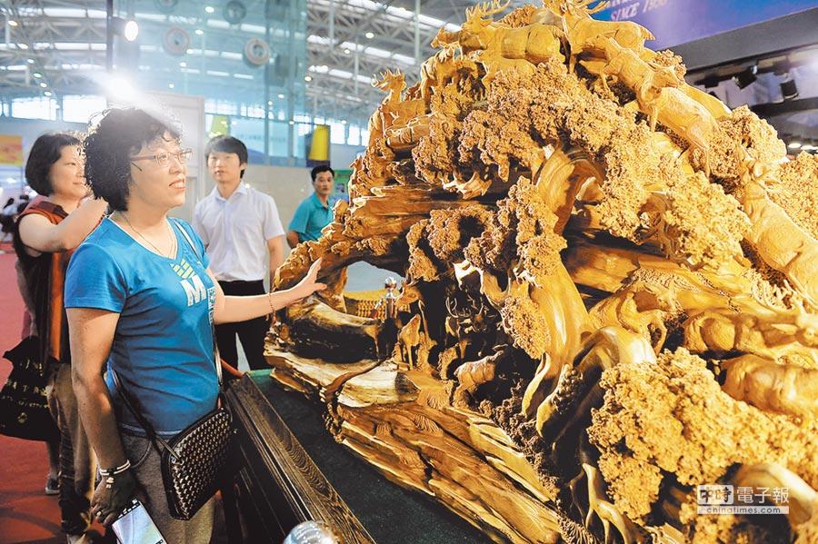 台博會上展出的台灣檜木雕塑──福祿延年。(尉遲健平攝)