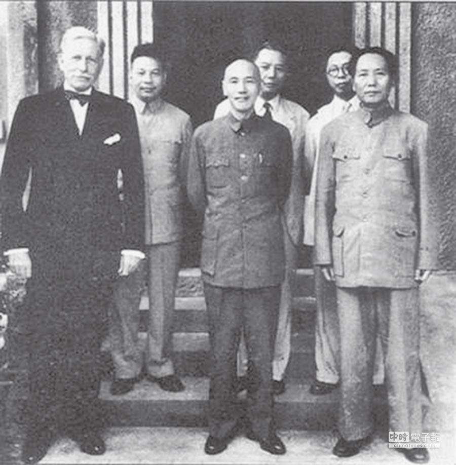 美國駐華大使赫爾利與毛澤東、蔣介石。(摘自網路)