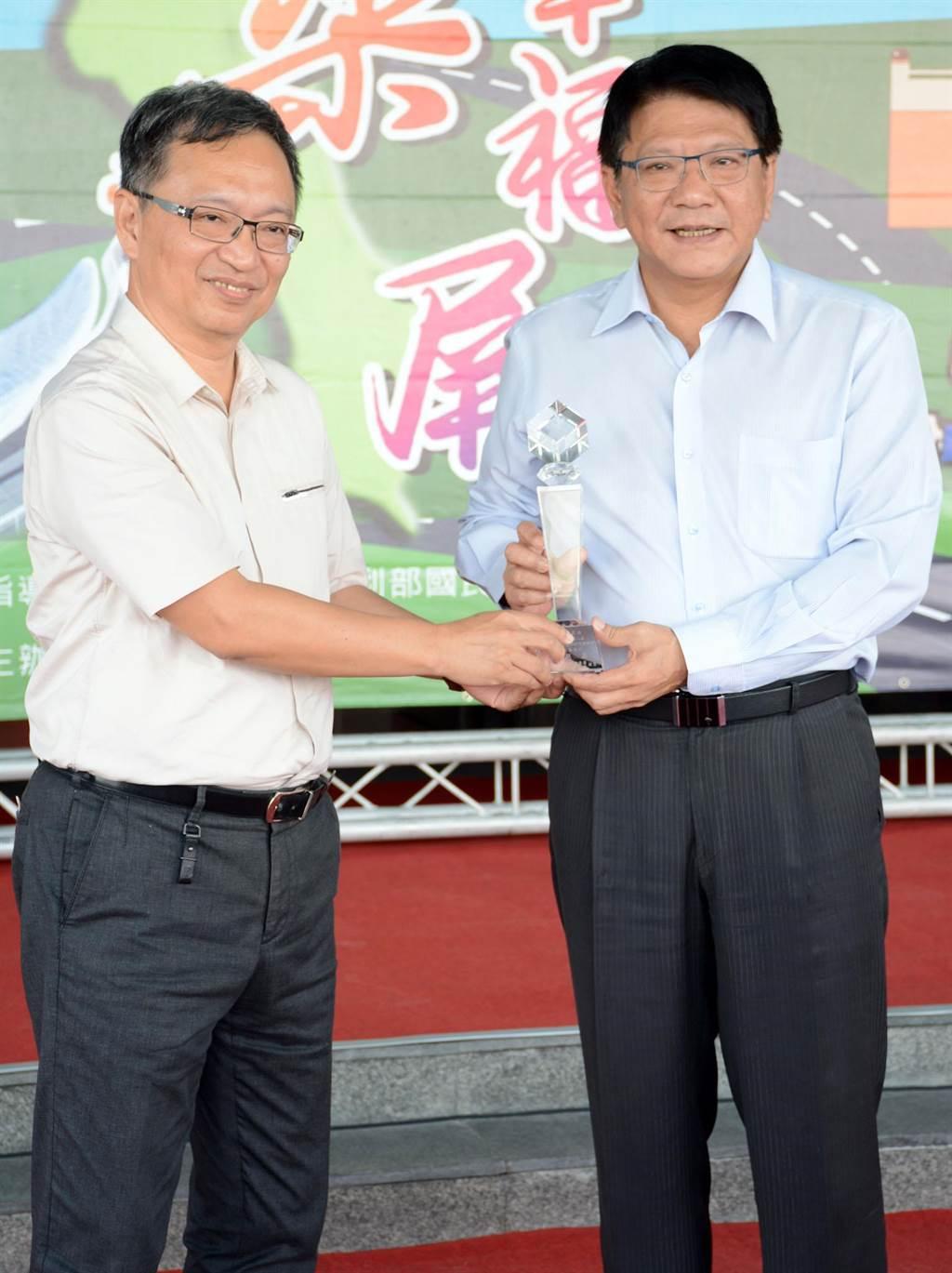 屏縣衛生局長薛瑞元(左)確定接下衛福部常務次長一職,屏東縣長潘孟安也給予祝福。(林和生攝)