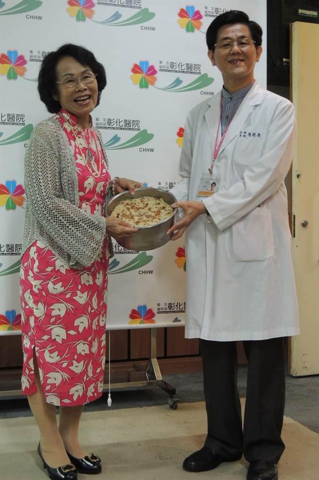 C肝病患謝瓊英(左)帶著蘿蔔糕到彰化醫院感謝救命醫師陳詩典。(鐘武達攝)