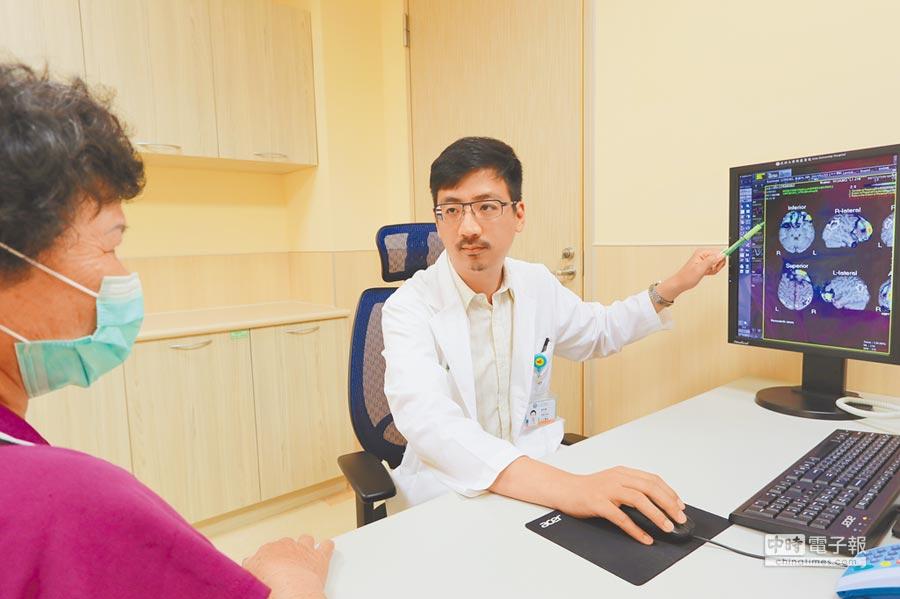 亞大醫院神經內科主治醫師唐奇提醒,民眾若出現衝動抑制下降的行為,應盡早就醫尋求協助。(林欣儀攝)