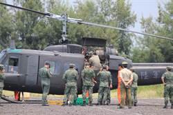 陸軍UH-1H直升機降七股鹽山 檢修後返航