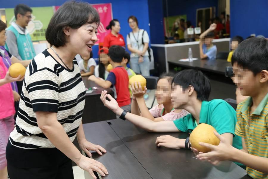 台中市長夫人廖婉如關懷兒童發明創意夏令營,鼓勵學生培養不被取代的能力!(陳世宗翻攝)