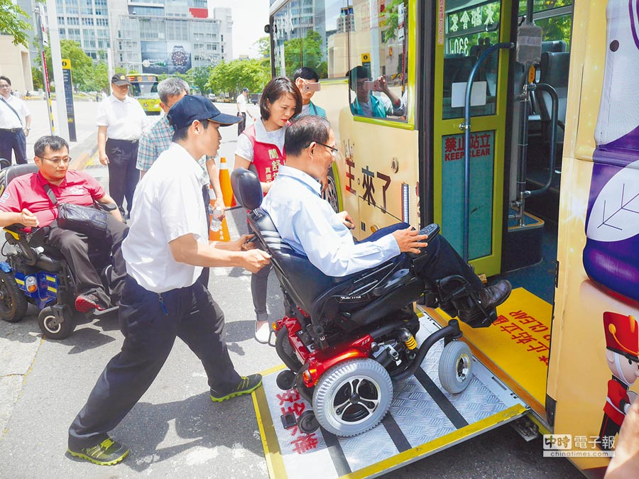 北市有近8成低底盤公車,但輪椅族上下車時,通常需要司機協助。(陳燕珩攝)