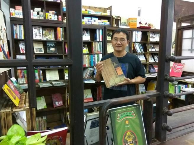 新開張的「笨港傳薪學院」獨立書店長蔡享潤把店內布置得古色古香。(許素惠攝)