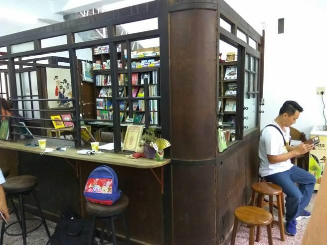 老診所的檜木掛號台及藥局,是「笨港傳薪學院」的大特色,彰顯該書店有著小鎮醫師的愛。(許素惠攝)