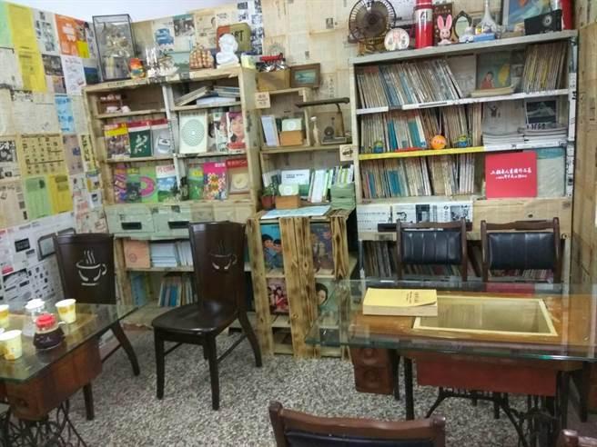 「笨港傳薪學院」收藏許多古冊,從日治時期至民國都有。(許素惠攝)