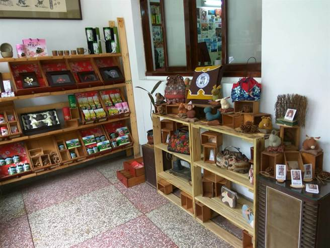 「笨港傳薪學院」是書店,也是在地文創與友善小農展演成果的平台。(許素惠攝)