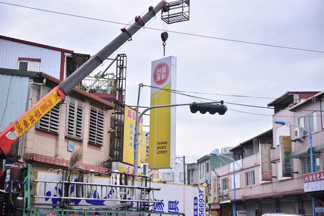 颱風尼莎進逼,根據氣象局資料,花東地區將首當其衝,花蓮民眾28日陸續展開防颱準備,有商家趕緊先將招牌拆下。中央社記者李先鳳攝 106年7月28日