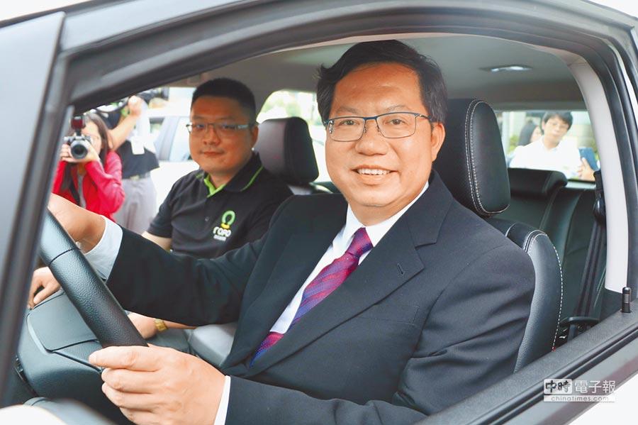 在副駕駛座的路得寶交通董事長李道豪親自解說下,桃園市長鄭文燦(圖前),昨(27)日坐在駕駛座,手握方向盤,感受路得寶的共享電動車(Ucar)的操控性與車內的靜音效果。圖/劉朱松