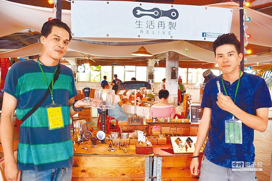 張軒耀(左)、張軒豪兄弟檔以生活再製方式,延續老車及加工技術的新生命。(林和生攝)