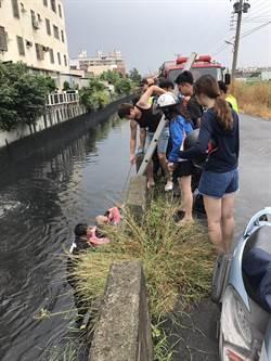 失智老人掉落大排水溝 彰化消防隊急救援