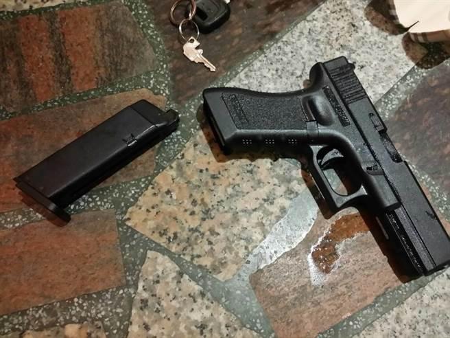 龜山警方查獲蕭姓男子持有槍枝,經鑑定無殺傷力。(甘嘉雯翻攝)
