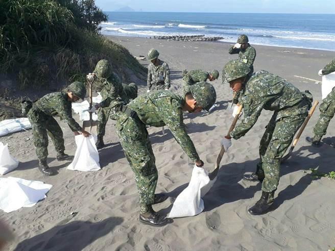 陸軍第三作戰區宜蘭裝填沙包。陸軍公共事務組提供