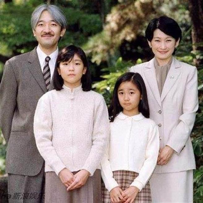 日本秋篠宮文仁親王(左後)、紀子皇太子妃(右後)、姊姊真子內親王(左前)和佳子公主(右前)。(圖取自Instagram@princesskako)