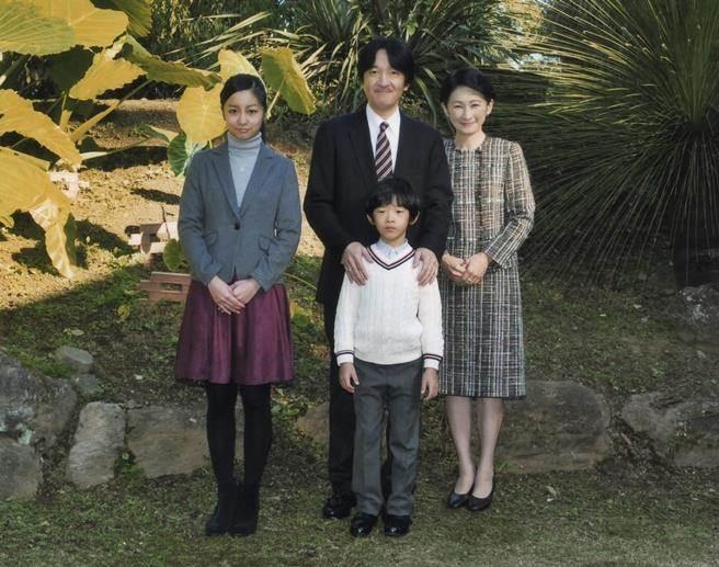 由左至右:佳子公主、秋篠宮文仁親王、紀子皇太子妃、前中為弟弟悠仁親王。(圖/美聯社)