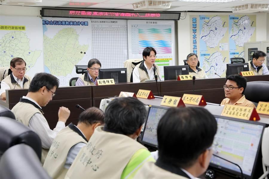 尼莎颱風侵台,台南市長賴清德(中)指示災變中心人員要預先做好整備性工作。(台南市災變中心提供)