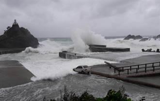 大浪打上岸 蘭嶼報廢車被捲走