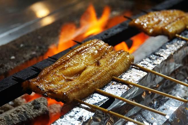 炭火現烤的鰻魚,風味與口感就是要比用瓦斯爐烤出的更誘人。(圖/姚舜攝)