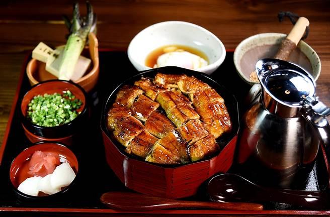 可以4吃並供雙人享用的「鰻魚桶飯」訂價690元,換算下來每人等於345元,很超值。(圖/姚舜攝)