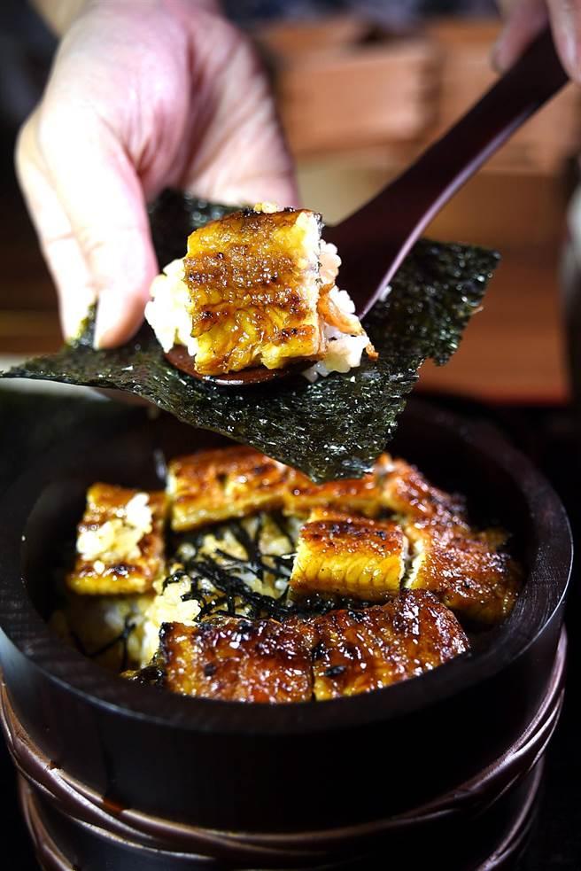 享用「鰻魚桶飯」除吃原味,亦可把鰻魚飯舀出放在酥烤的海苔片上捲起來吃。(圖/姚舜攝)