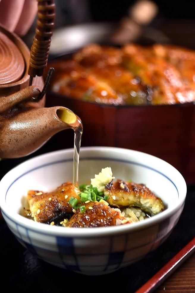 鰻魚飯可以盛在碗內,再淋入高湯當「茶泡飯」享用。(圖/姚舜攝)