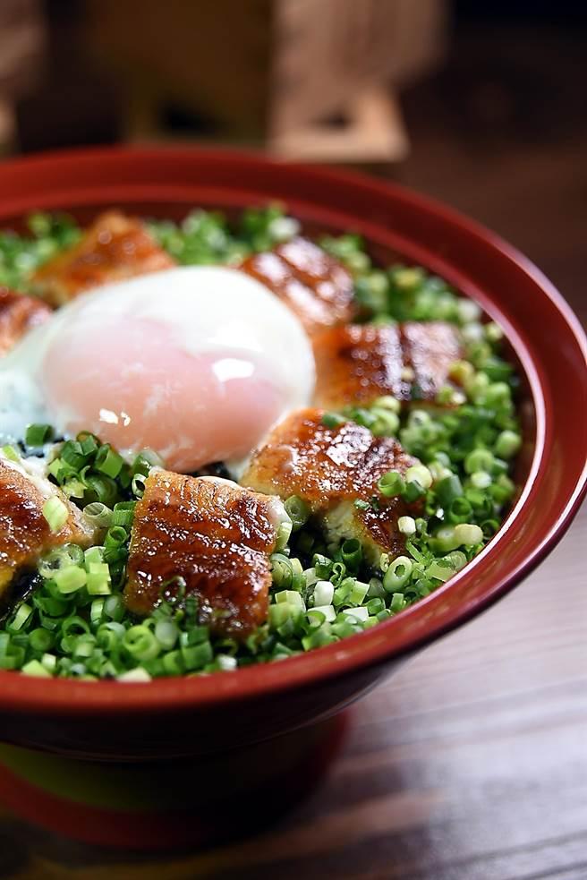 「大江戶町鰻屋」菜單上單是鰻魚飯的種類就多達近15種,圖為每份只要330元的「溫玉蔥花鰻重」。(圖/姚舜攝)