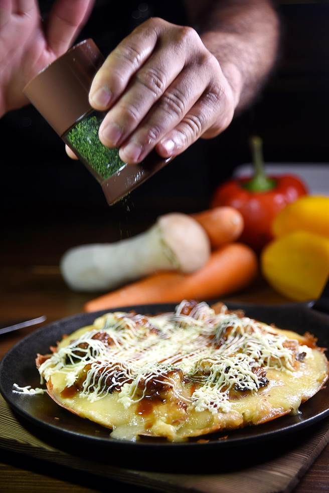 「鰻魚五福燒」是結合義式披薩與日式大阪燒變化而來的創意鰻魚料理。(圖/姚舜攝)