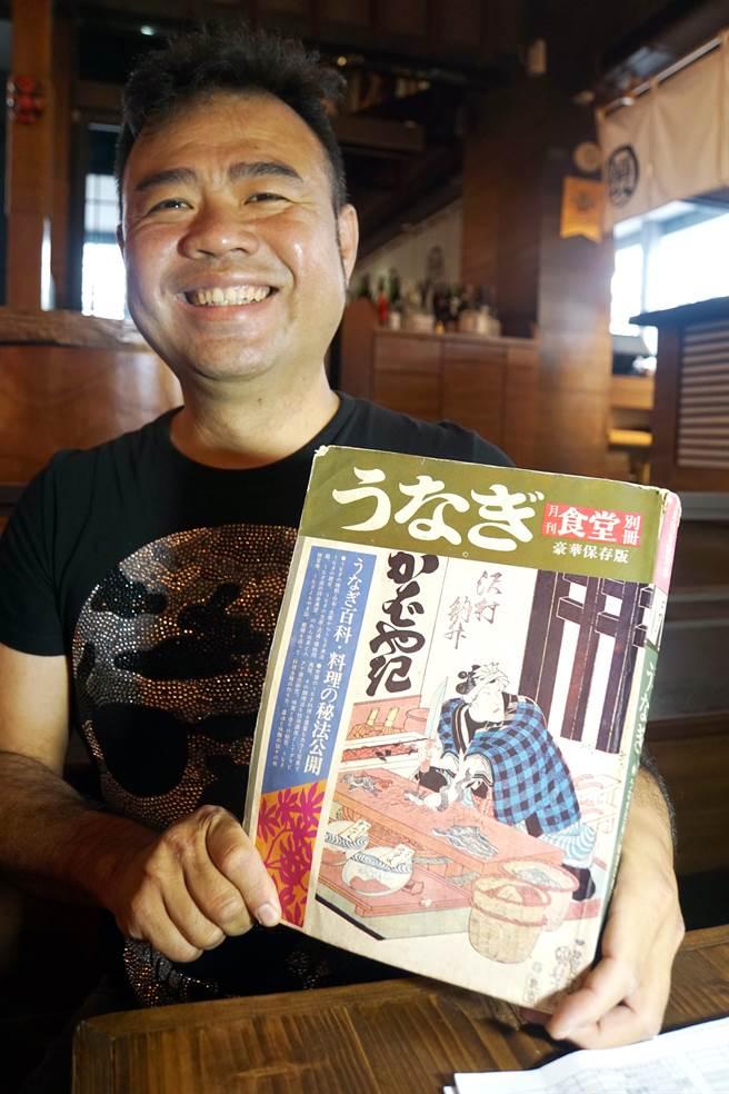 為了追求「無雙」,江俊民吃遍日本鰻魚飯名店,並找到1973年出版的「鰻魚料理聖經」鑽研燒鰻之道。(圖/姚舜攝)