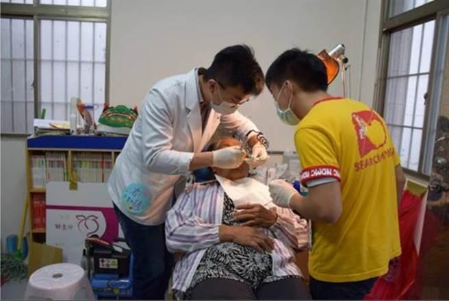 邀請醫師協助於抬耀書屋的牙科診療室義診。(圖/青年發展署提供)