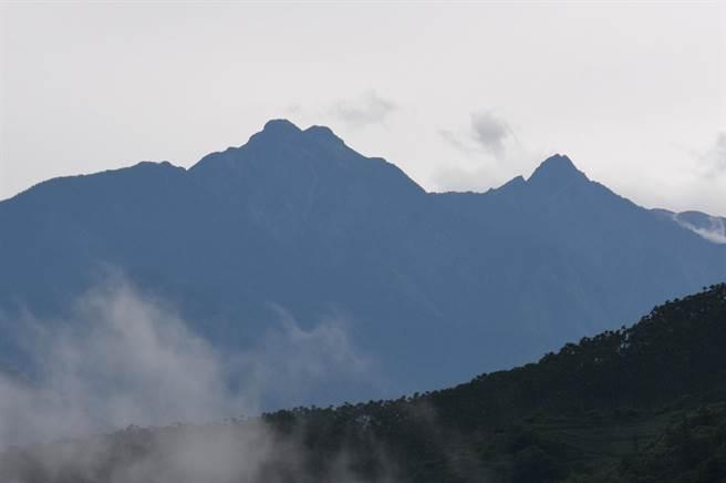 玉山主峰(右)標高3952公尺,是台灣及東北亞第1高峰;中間偏左的馬鞍型雙峰分別為北峰及北北峰,因距離與透視角度,看起來比主峰還高。(沈揮勝攝)