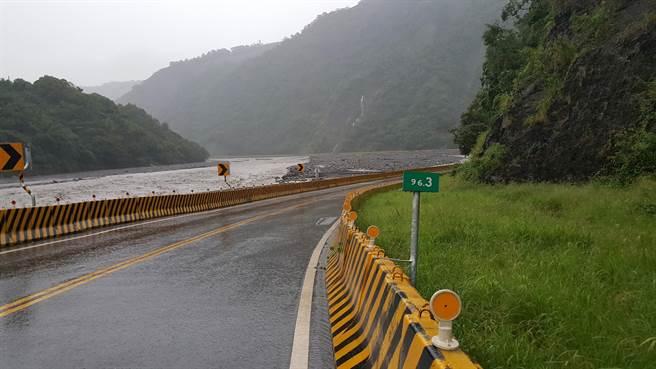 桃源區台20線96.3K至98.5K全程低漥僅靠荖濃溪,易受溪流衝擊。 (記者林雅惠翻攝)