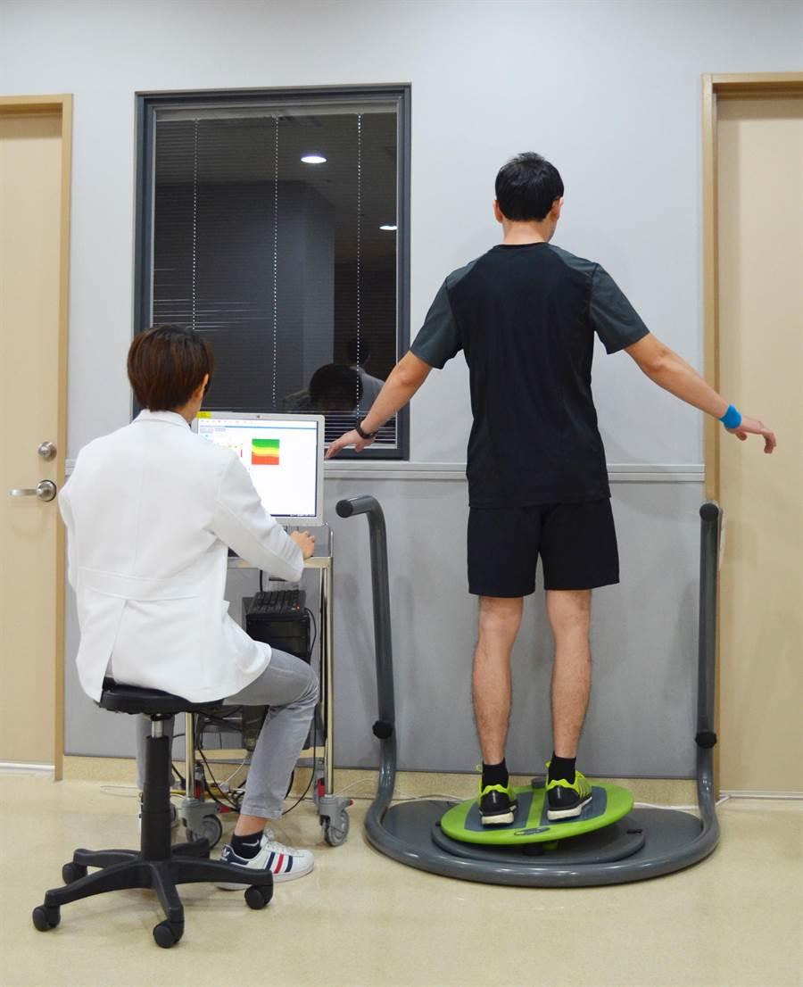 圖說:罹患脊椎解離症狀的國三棒球選手,經動態平衡試測訓練系統等多種復健,終於康復重返球場。(馮惠宜翻攝)