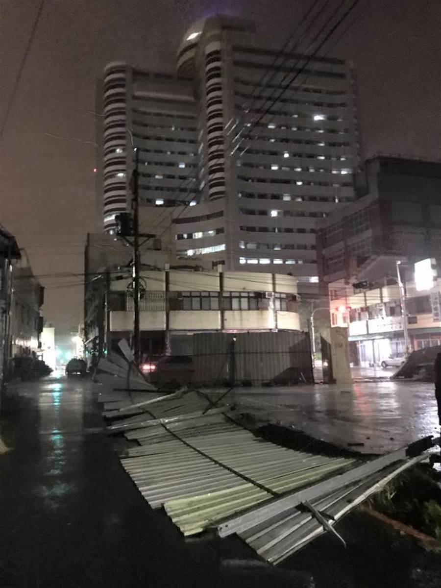 不敵颱風吹襲,鐵皮圍籬倒塌危及安全。(翻攝照片)