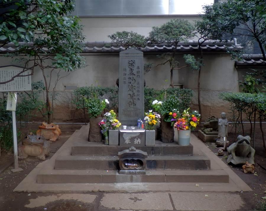 黃光國教授稱,日本神道教是泛靈信仰,不但拜神,還可拜鬼,這可能會是一場信仰衝突。圖為日本著名怨靈平將門在東京的塚。(圖/維基百科)
