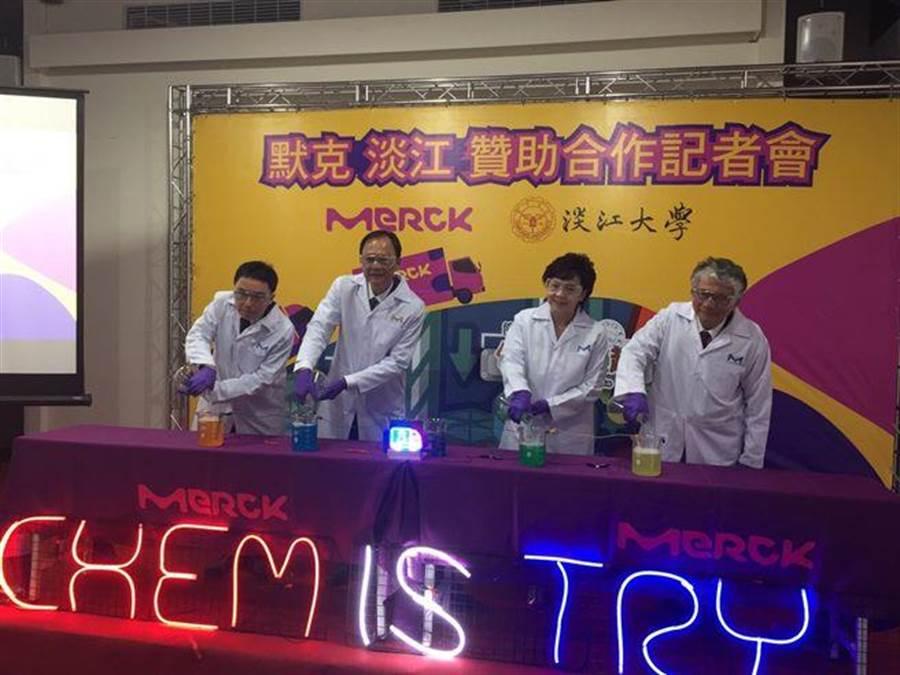 台灣區默克集團與淡江大學簽訂科學教育活動合作備忘錄,連續三年贊助化學下鄉計畫美金7萬元,將打造全新「跑跑分析車」,讓化學遊樂趣團隊從一台化學車,變成一個車隊。(圖/主辦單位提供)