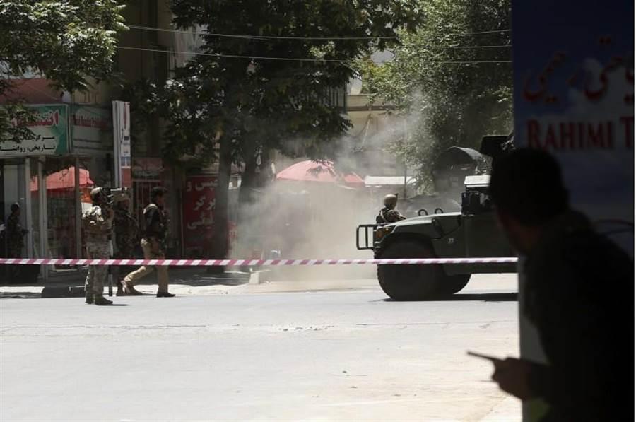 伊拉克駐喀布爾大使館遭到恐攻,阿富汗軍警包圍了大使館。(圖/美聯社)