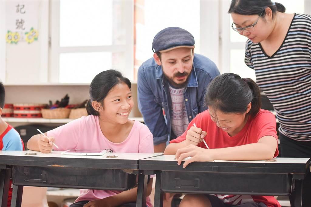 東河國小葉老師說:「苗栗相較於台北,較少國際級的藝文活動,這次藝術課程讓孩子利用熟悉的環境,發揮想像力創作,對於孩子和我都是很好的啟發」。(台灣三星提供)