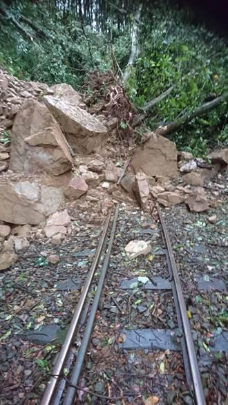 大量土石滑落 阿里山森鐵本線列車明停駛